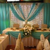 Сиреневые и бежевые ткани в оформлении свадебного стола