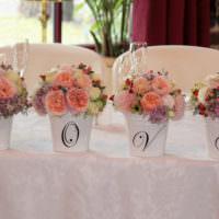 Букеты цветов на свадебном столе