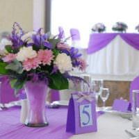 Табличка с номером на столе для гостей свадебного торжества