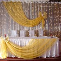 Светодиодная гирлянда на заднике свадебного стола