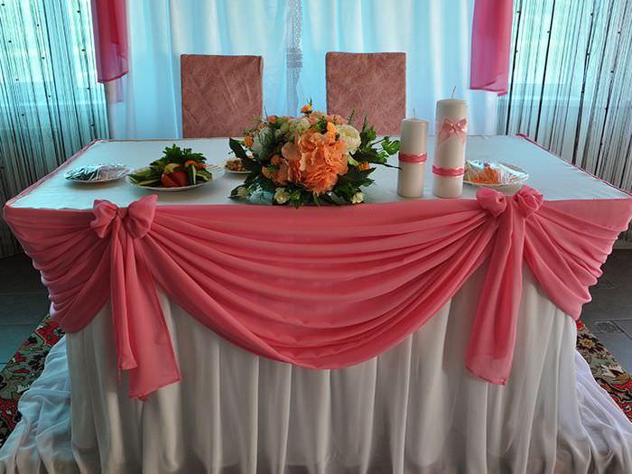 Юбка из розового фатина на свадебном столе молодоженов