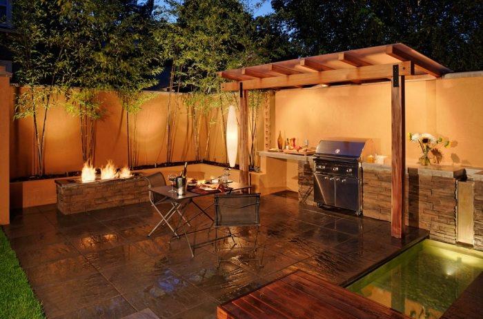 Яркое освещение открытой веранды на даче