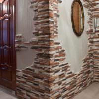 Отделка камнем углов стен в прихожей