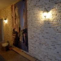 Имитация кирпичной кладки на стене в прихожей