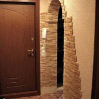 Дизайн арки в прихожей с использованием камня