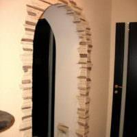 Декорирование проема в стене прихожей камнем