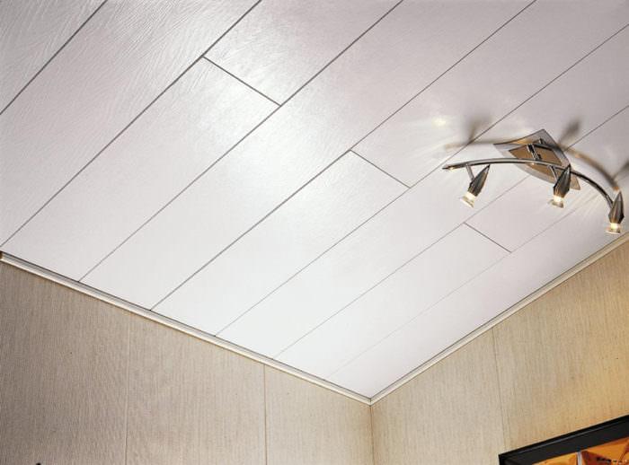 Потолок из МДФ-панелей в прихожей