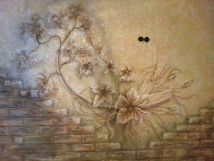 Стена с декоративным панно, выполненным своими руками из штукатурки