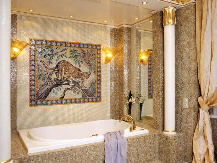 Керамическое панно на стене ванной комнаты и стильные светильники