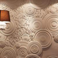 Рельефное панно из гипса в интерьере гостиной