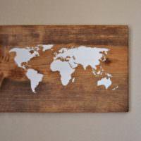 Деревянное панно в виде карты мира
