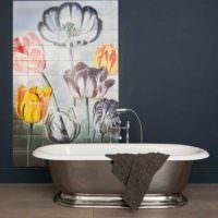 Панно с цветущими тюльпанами в ванной