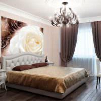 Панно в виде огромного цветка на стене в комнате для сна