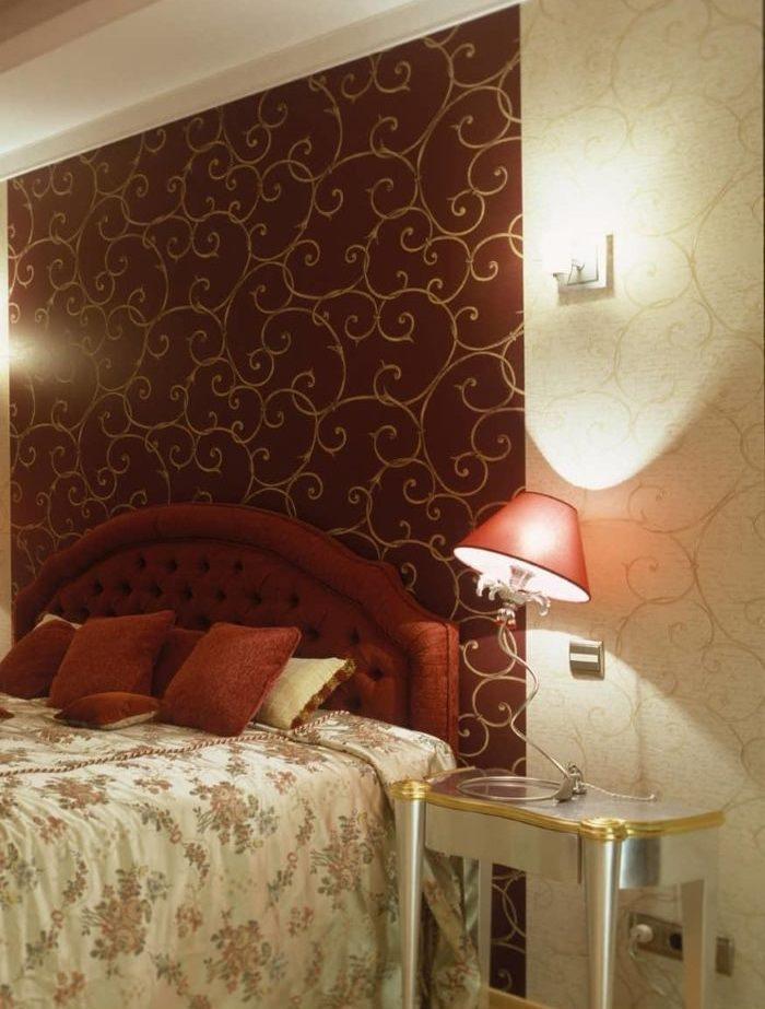 Панно из обоев на стене спальни