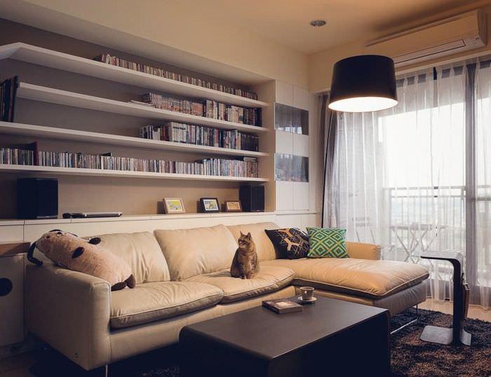 Книжные полки над диваном в гостиной
