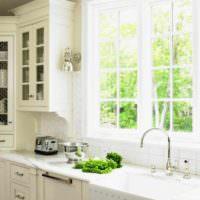 идея необычного дизайна окна на кухне фото