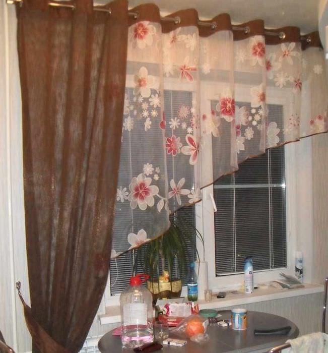 пример красивого интерьера окна на кухне