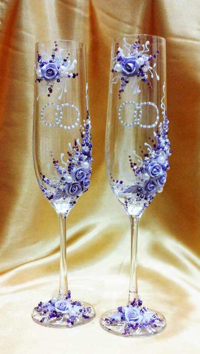 пример яркого украшения декора свадебных бокалов