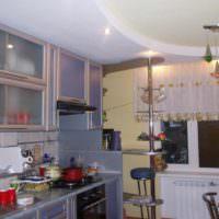 вариант светлого стиля потолка на кухне фото