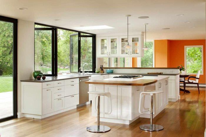 идея светлого дизайна окна на кухне