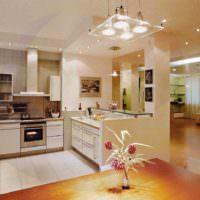вариант яркого стиля потолка на кухне фото