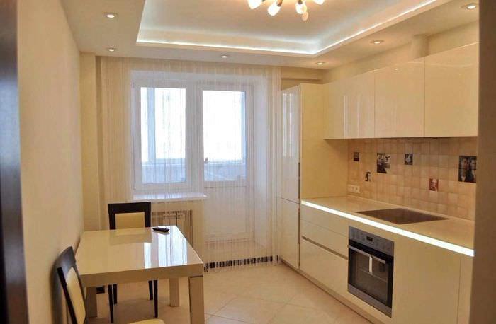 вариант яркого дизайна потолка кухни