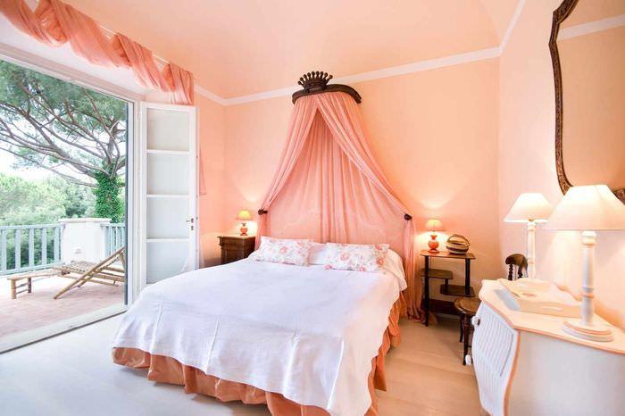 пример сочетания необычного персикового цвета в дизайне квартиры