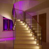 пример светлого дизайна лестницы в честном доме фото