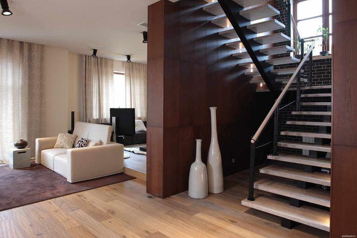 пример яркого интерьера лестницы