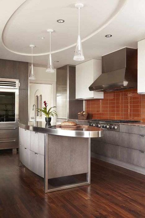 пример необычного интерьера потолка на кухне