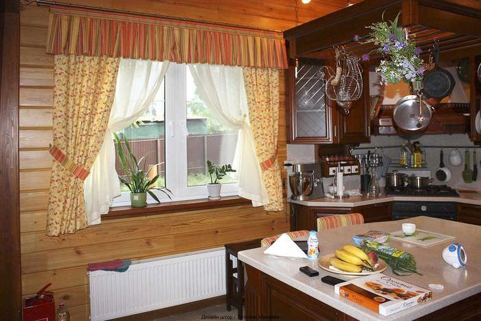 вариант светлого декора окна на кухне