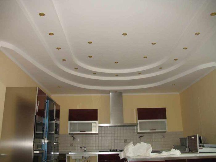 вариант яркого интерьера потолка кухни