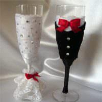 пример необычного оформления дизайна свадебных бокалов картинка