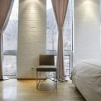 вариант светлого интерьера окна на кухне фото