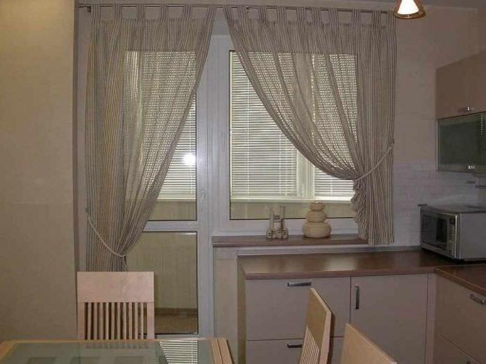 идея необычного дизайна окна на кухне
