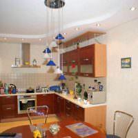 вариант красивого интерьера потолка кухни фото