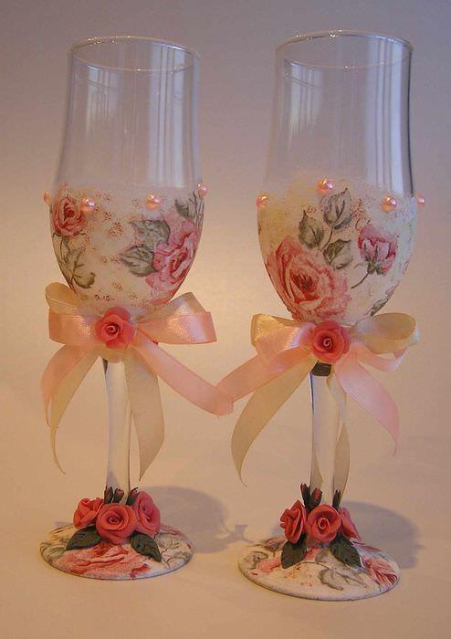 пример красивого оформления дизайна свадебных бокалов