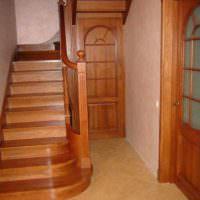 пример светлого интерьера лестницы в честном доме картинка