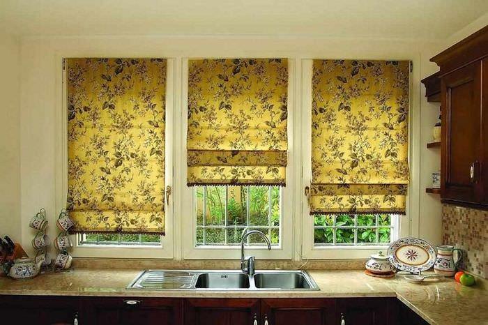 пример яркого дизайна окна на кухне