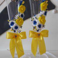 пример светлого оформления декора свадебных бокалов фото