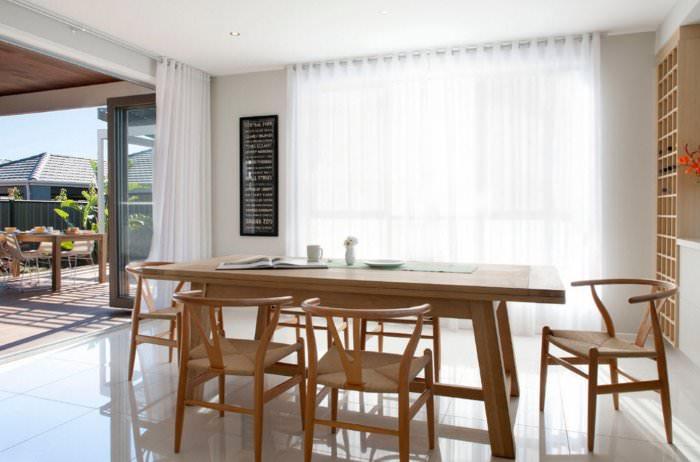 Прозрачные шторы на люверсах в гостиной с большим окном