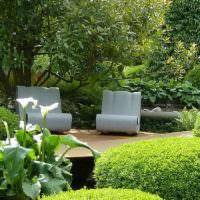 Уютный уголок для отдыха в глубине сада