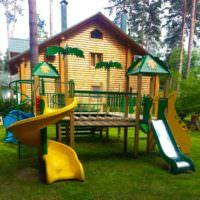 Детская площадке в ландшафте сада