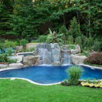 Каменный водопад на берегу садового водоема