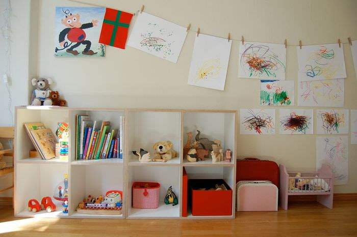 Детские рисунки в интерьере комнаты