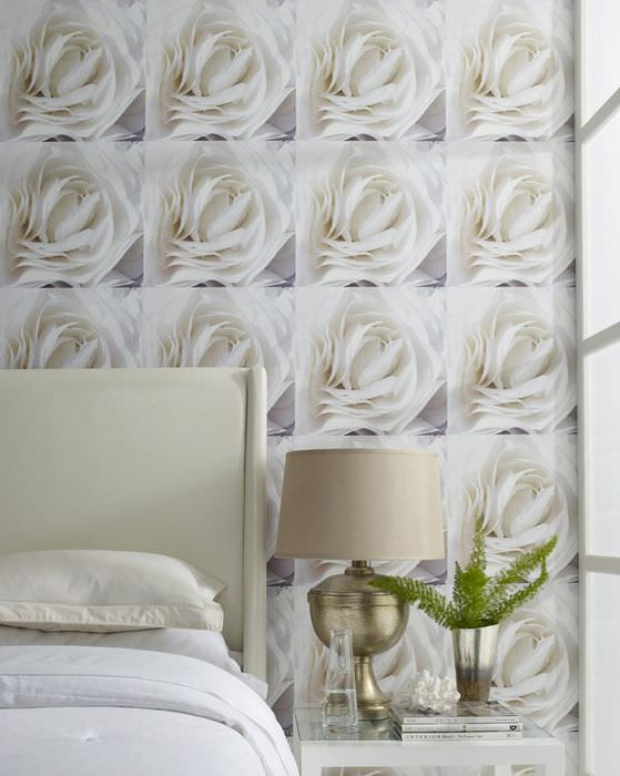 Белые розы на фотообоях в женской спальне