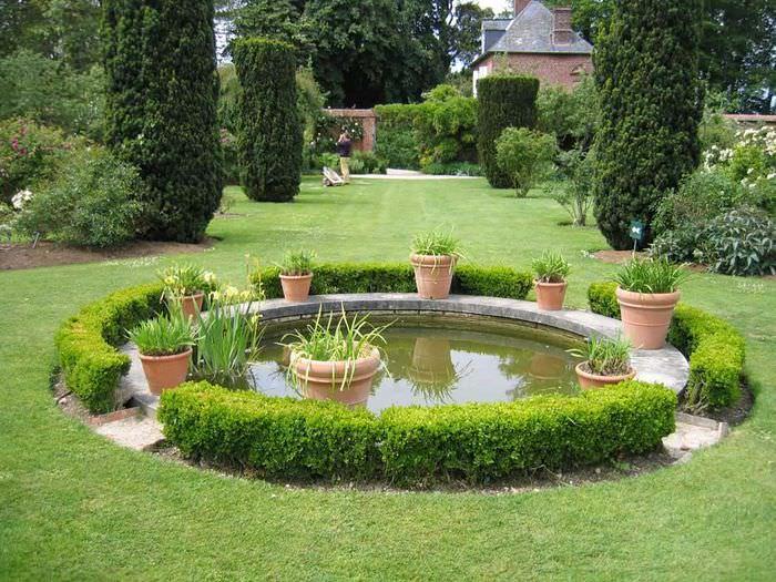 Садовый водоем в регулярном стиле