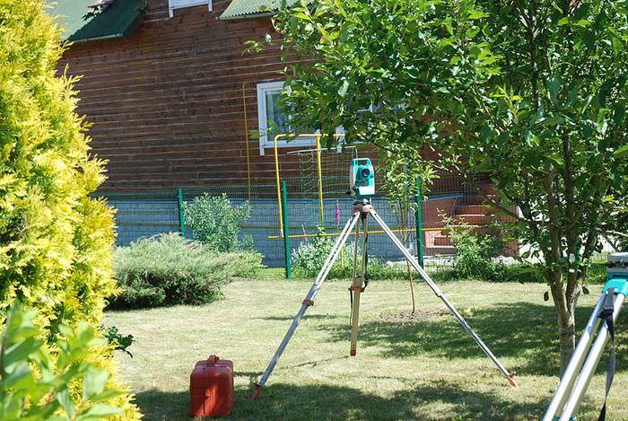 Геодезический GPS-приемник во время проведения замеров дачного участка