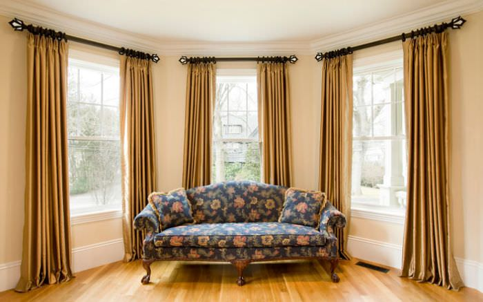 Окна в гостиной с занавесками на кольцах