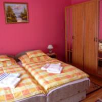 Сдвоенные кровати в спальне 12 квадратов
